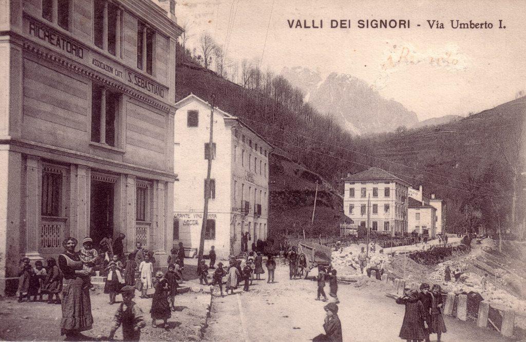 Foto storica della via principale di Valli