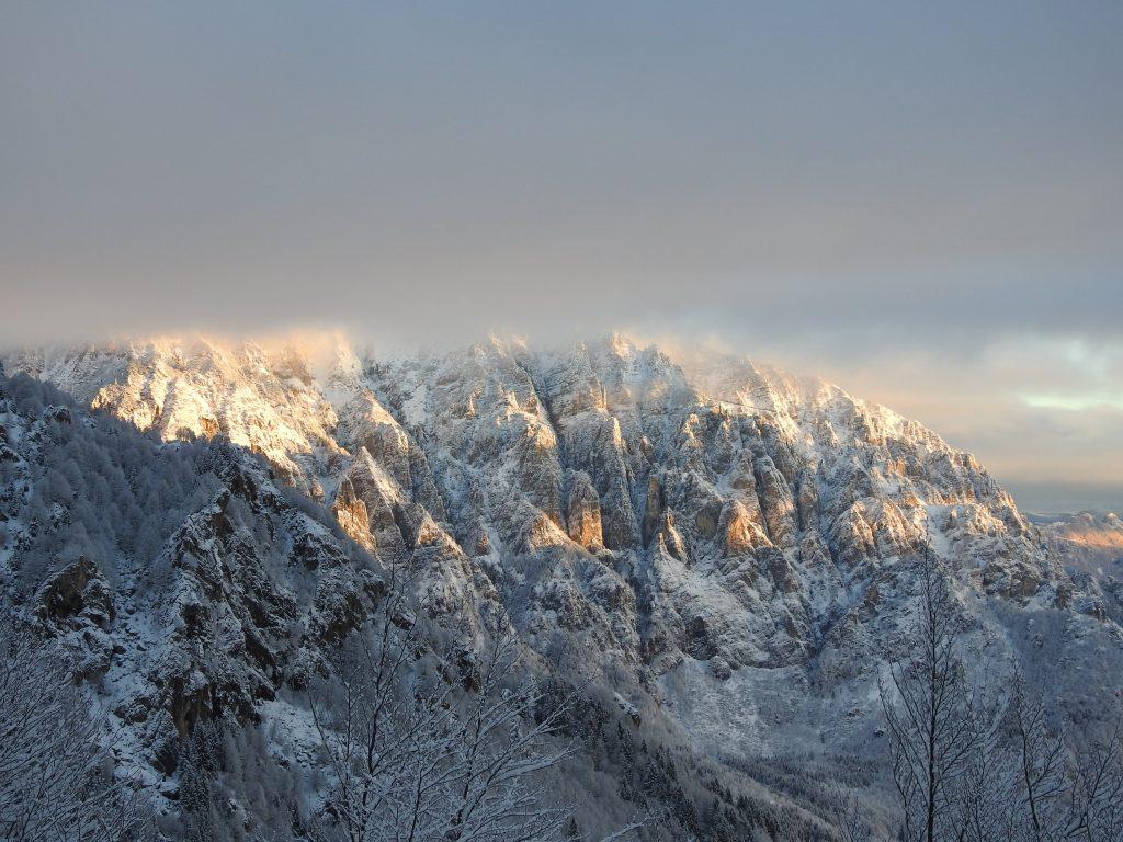 montagna innevata con nebbia che copre la cima