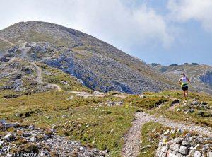 Persona che corre in montagna